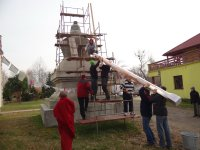 "Putting ""the tree of life"" into the Kyabje Rinpoche's stupa"
